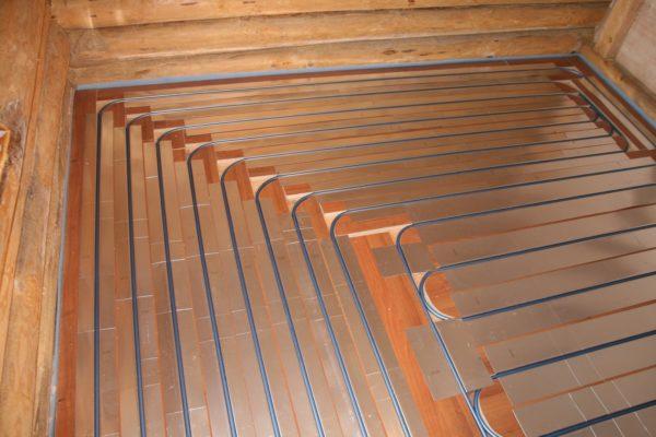 Алюминиевые пластины равномерно распределяют тепло по поверхности пола.