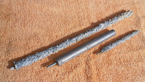 Анод разрушается электрохимической коррозией, защищая стенки бака.