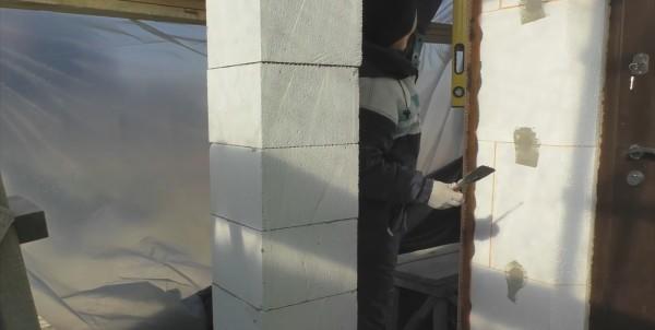 Армируя углы, проверяем вертикальность ватерпасом