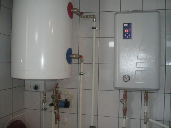 Автономное отопление работает в щадящем для труб режиме. На фото электрокотел поддерживает температуру подачи в +65 ºС.