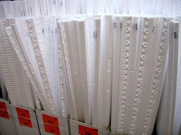 Багет из пенополистирола стоит гораздо дешевле гипсовых, деревянных и полиуретановых аналогов.