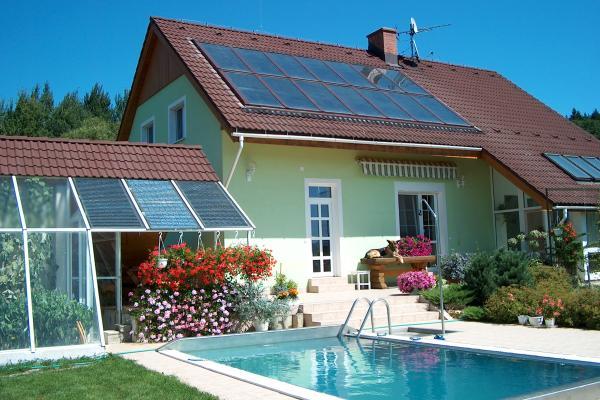 Батарея коллекторов на фото в солнечные зимние дни способна полностью обеспечить дом теплом.