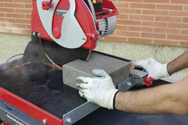 Без настоящего плиткореза работать с огнеупорным кирпичом очень тяжело.