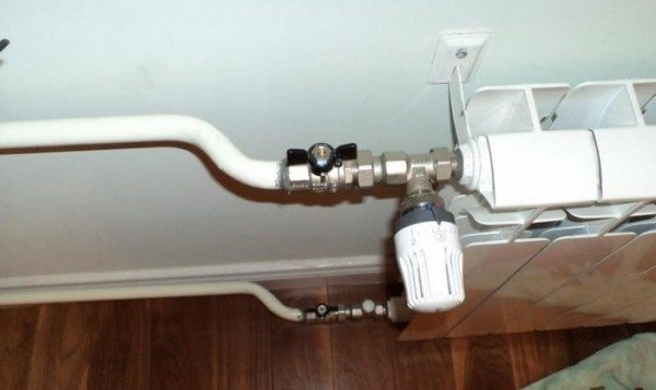 Без перемычки перед радиатором, установленная на подводке термоголовка будет дросселировать весь стояк.
