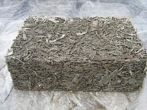 Блок из опилок на основе цемента.