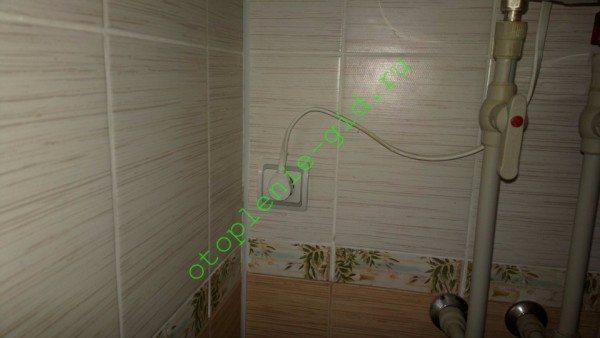 Бойлер на фото подключен к 16-амперной розетке с заземлением.