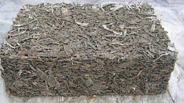 Брикет застывшего раствора с древесной стружкой.