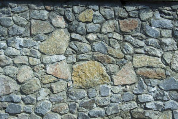 Бутовая кладка: камни скальных пород скреплены кладочным цементным раствором.