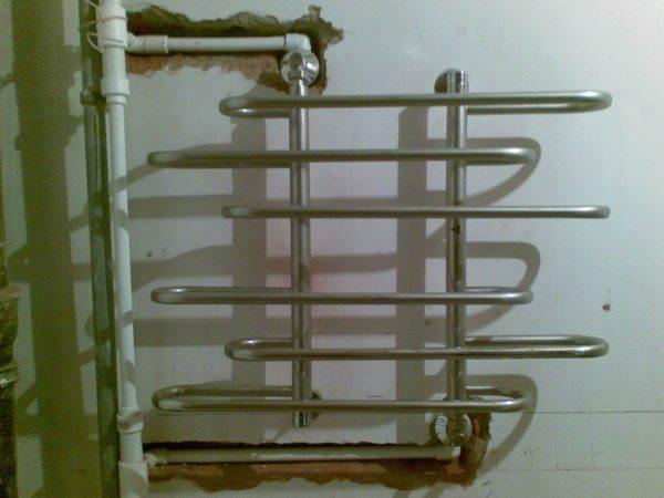 Чтобы полотенцесушитель работал круглый год — подключите его к горячей воде.