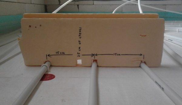 Чтобы укладывать трубы с оптимальным шагом, нужно изготовить шаблон, как на фото