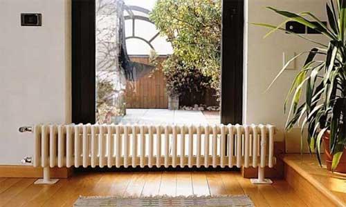 Чугунный радиатор 300 мм не закрывает окно.