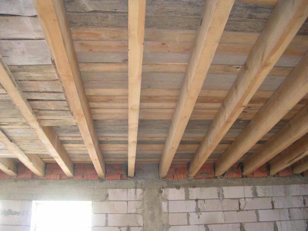 Деревянные балки перекрытия не рассчитаны на нагрузку в несколько десятков тонн.