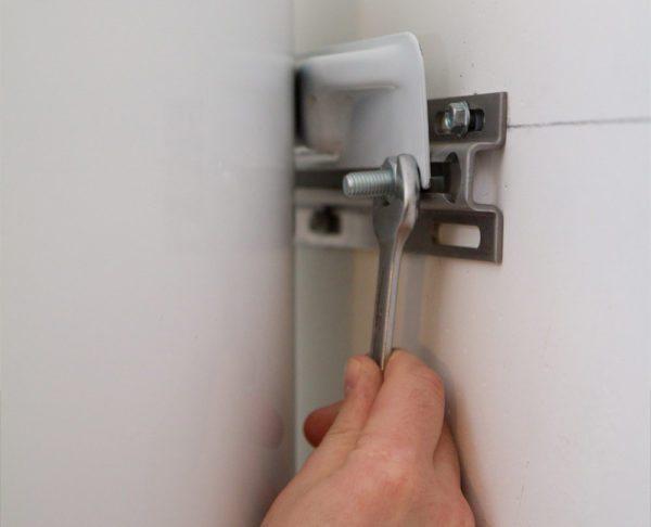 Для крепления к стене надо использовать разжимные анкерные болты диаметром не менее 8 мм.