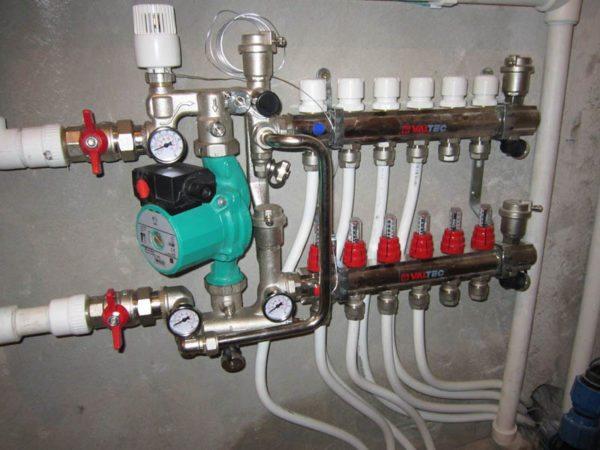 Для нормального теплообмена в водяных системах, между подводящим и обратным патрубками распределительного узла обязательно нужно устанавливать циркуляционный насос.