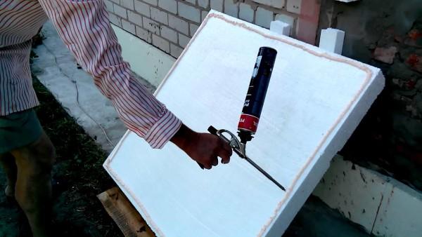 Для приклеивания утеплителя и герметизации швов лучше всего взять специальную пену
