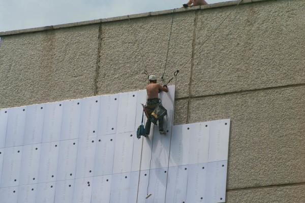 Для работы на высоте понадобится помощь промышленных альпинистов.