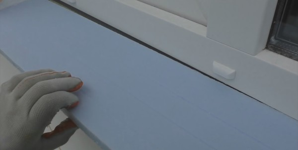 Для установки в проем рекомендую использовать особо плотный пенополистирол с пазами