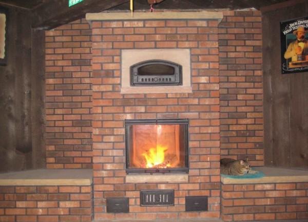 Дровяная печь прогревает только те комнаты, с которыми граничит. Чтобы обогреть весь дом, придется развести отопление.