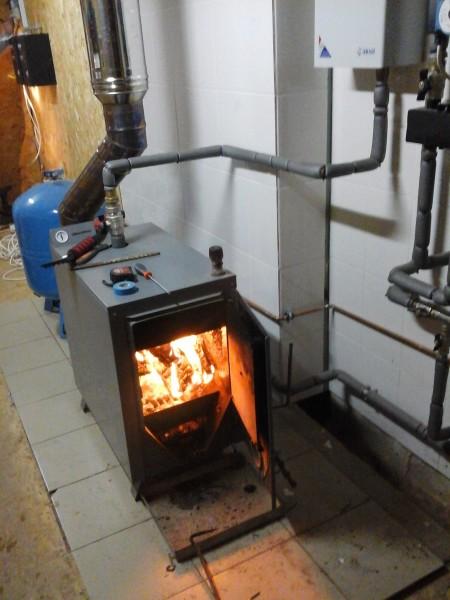 Дровяная печь с внешним расположением контура и выносным модулем циркуляционного насоса