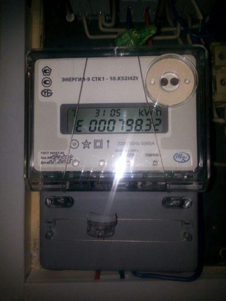 Двухтарифный счетчик раздельно регистрирует дневной и ночной расход электроэнергии.