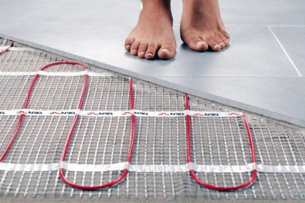 Электрические полы нагреваются при прохождении тока и могут работать как под стяжкой, так и без нее