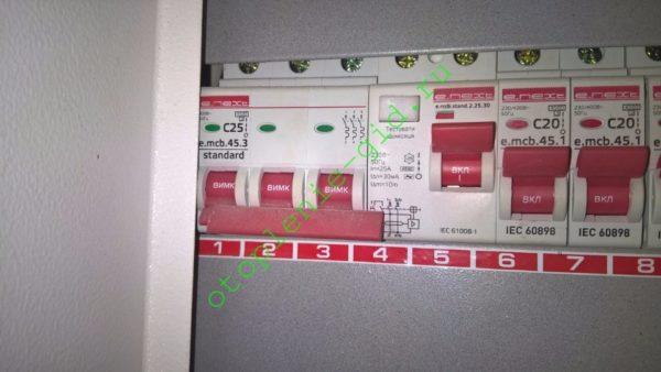 Электрический щиток в моем доме. Слева направо: трехфазный автомат и УЗО в цепи питания котла.