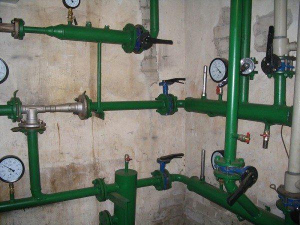 Элеваторный узел многоквартирного дома. Манометры показывают давление в мегапаскалях на подаче и обратке отопления. 1 МПа примерно равен 10 атмосферам.