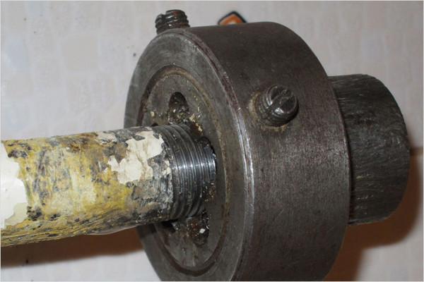 Если держатель упирается у поворот трубы или слой краски, после нарезки первой нитки плашку можно перевернуть.