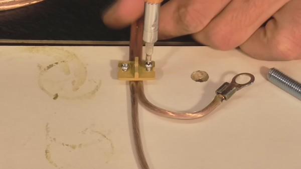 Если нет специальной скобы, можно применить кусок любого плотного материала с отверстиями под два самореза
