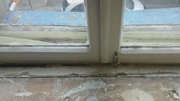 Если окно в таком состоянии, применение пены вполне оправдано