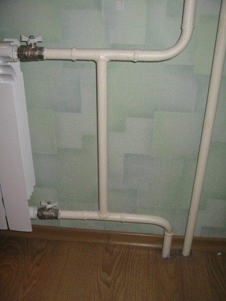 Если перекрыть отсекающие батарею краны, вода в стояке продолжит циркулировать через перемычку.
