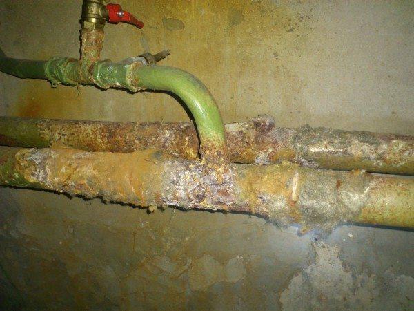 Если вместо заглушки на стояке отопления стоит сбросник, пару стояков можно перепустить на сброс из подвала.