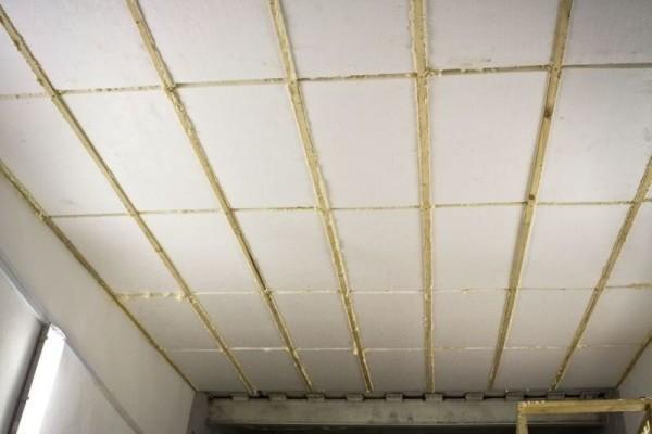 Фиксация пенопласта между направляющими на потолке.