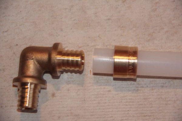 Фитинг для труб PEX. Растянутая экспандером труба надевается на штуцер и фиксируется надвинутой гильзой.
