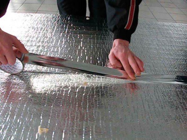 Фольгированная подложка работает как «тепловое зеркало»