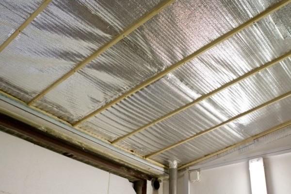 Фольгированный пенофол на потолке гаража.