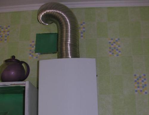 Фото гофрированной трубы, соединяющей газовую колонку с дымоходом