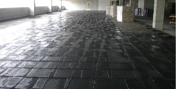 Гранулированное пеностекло на полу.
