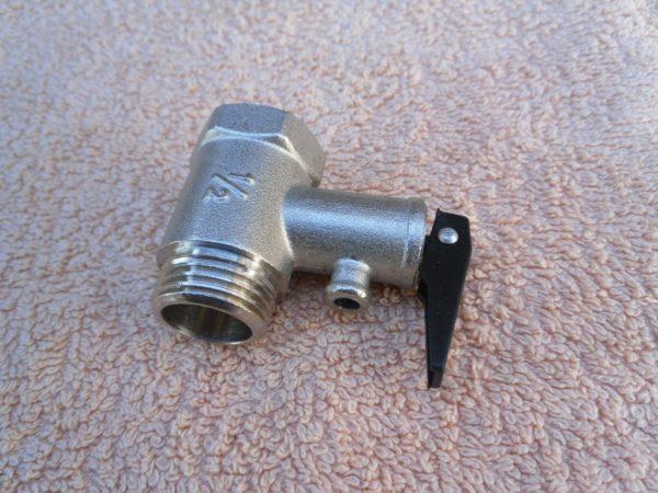 Группа безопасности накопительного нагревателя: предохранительный и обратный клапаны объединяются в одном корпусе.
