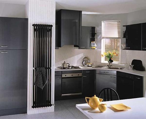 Холодильник без нежелательных последствий удобно соседствует с вертикальным радиатором