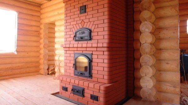 Хорошая кирпичная печка станет подлинным украшением деревянного сруба.