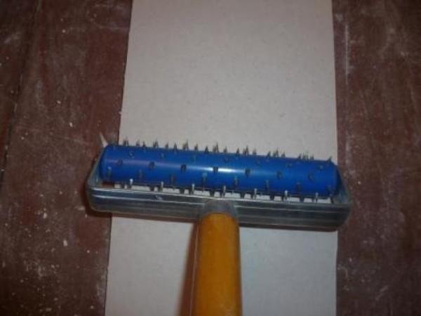Игольчатый валик пробивает материала и ослабляет его структуру перед сгибанием