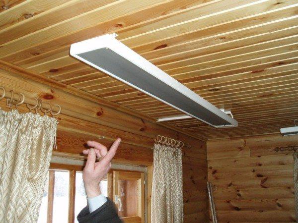 ИК-обогреватель лучше расположить под потолком. Тогда он будет греть низ комнаты.