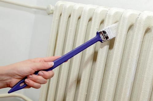 Использование изогнутой кисти для покраски промежутков между секциями