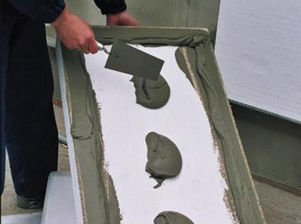 Использование строительного клея для монтажа пенопластовых плит.
