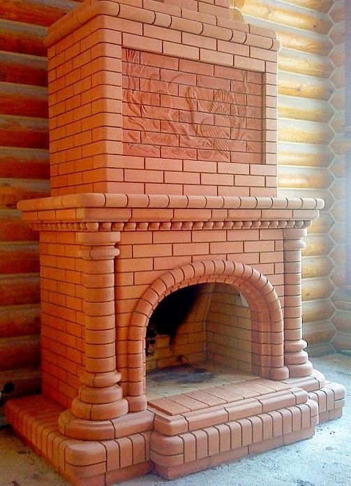 Кирпичный камин олицетворяет собой основательность и дарит уют семейного очага.