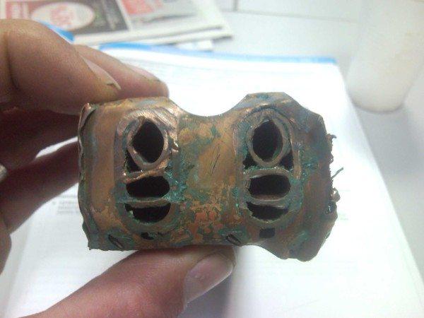 Коаксиальный теплообменник: каналы с горячей водой проходят внутри трубок с теплоносителем.