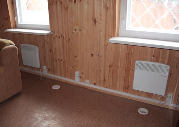 Конвекторы на стенах дачного домика