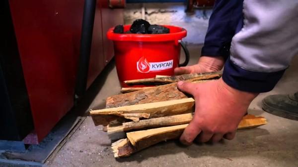 Котел на угле растапливают дровами.