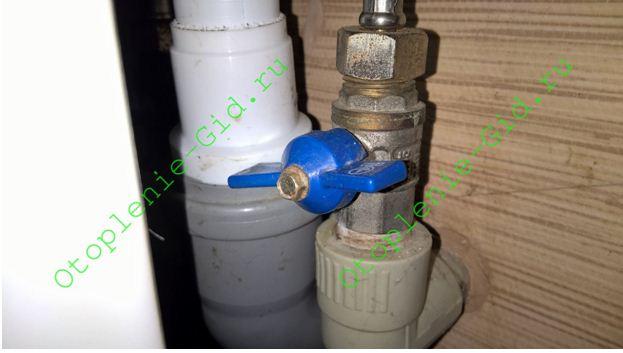 Кран, ограничивающий максимальный расход воды через смеситель, находится в полузакрытом положении последние четыре года и все еще исправен.